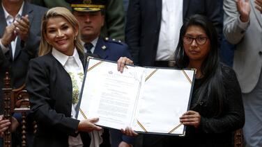 La presidenta interina de Bolivia promulga nueva ley para la realización de elecciones generales