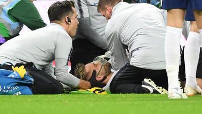 ¡Imágenes fuertes! Jugador de Inglaterra queda inmóvil tras chocar su cabeza contra el suelo