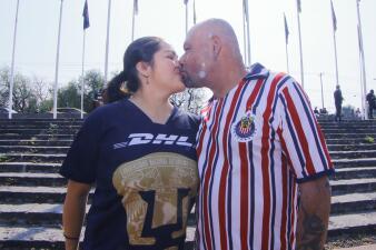 El inevitable amor de los hinchas de Pumas UNAM y de Chivas en su duelo por Liga MX