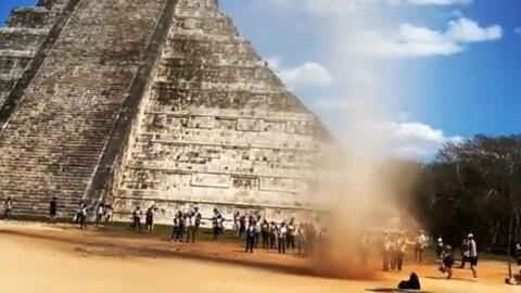 Un torbellino de tierra entre unas pirámides mexicanas sorprende y divierte a los turistas