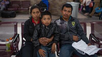 """""""Me dijeron que al llegar ya está el trabajo acá"""": dos familias cuentan por qué decidieron migrar a EEUU con sus hijos"""