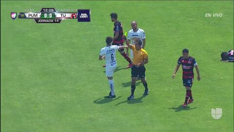 Tarjeta amarilla. El árbitro amonesta a Andrés Iniestra de Pumas UNAM
