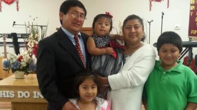 Pastor peruano enfrenta la deportación a pesar de tener tres niños estadounidenses