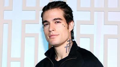 Danilo Carrera sorprende al aparecer con trenzas y tatuajes para su nuevo personaje junto a Paulina Goto