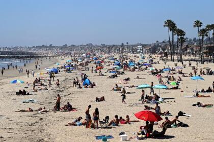 Las playas de Newport, así como otras en el condado de Orange, fueron visitados por residentes y vecinos del condado de Los Ángeles en donde los cierres de las playas se mantienen y hay fuerte vigilancia policial.