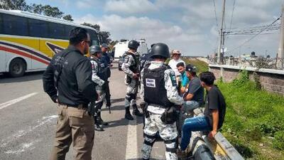 """México dice que rescató a 387 migrantes que eran trasladados """"ilegalmente"""" por presuntos traficantes de personas"""
