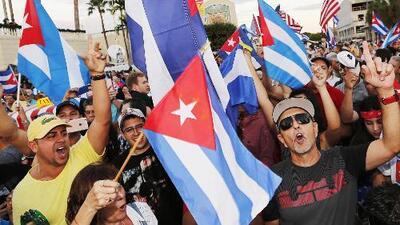 Continúan cubanos celebrando la muerte de Fidel Castro en Miami