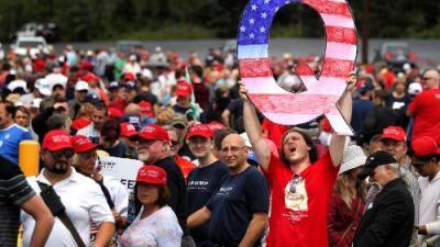 ¿Qué significa esa 'Q' que ahora muestran algunos seguidores de Trump?