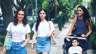 Bibi Gaytán y sus hijas causan sensación en paseo por la Ciudad de México