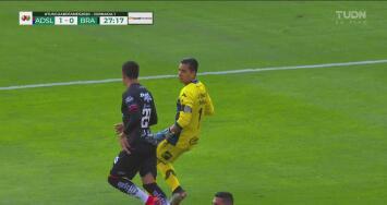 Bruno Romo intenta el empate por la vía aérea, pero su cabezazo no tiene el destino deseado
