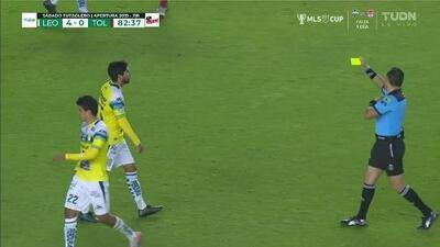 Tarjeta amarilla. El árbitro amonesta a Iván Ochoa de León