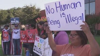 """""""Deja de aterrorizar a nuestras comunidades"""": Protestan en Dallas por masiva redada de ICE en Texas"""