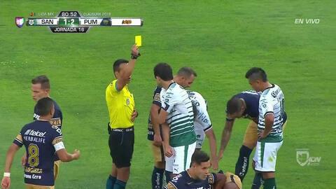 Tarjeta amarilla. El árbitro amonesta a Jesús Gallardo de Pumas UNAM