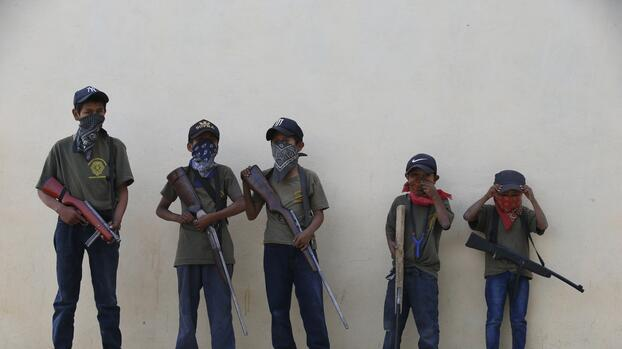 Pueblos mexicanos arman a niños como intento desesperado para combatir la violencia
