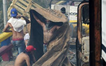 Gases lacrimógenos y violencia en la frontera: la represión contra la ayuda humanitaria que se dirige a Venezuela (fotos)