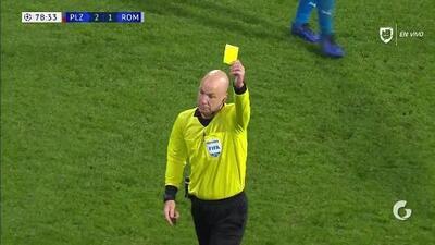 Tarjeta amarilla. El árbitro amonesta a Justin Kluivert de Roma