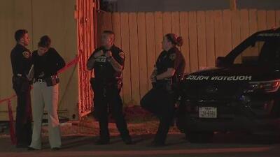 Autoridades buscan a los responsables del asesinato de un hombre que fue baleado al interior de su auto en Houston