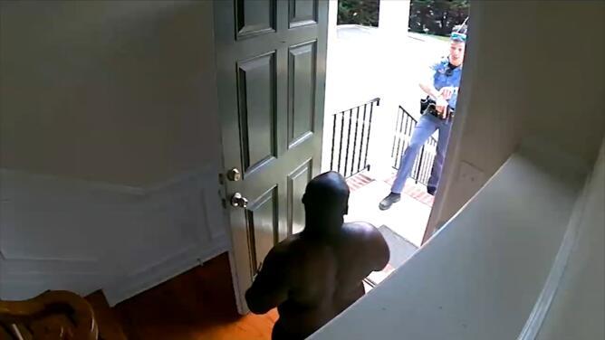 Un hombre negro fue arrestado en su propia casa porque la policía pensaba que estaba robando