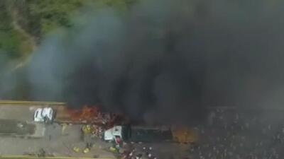 Incendian camiones de ayuda humanitaria en la frontera entre Colombia y Venezuela