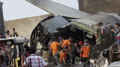 Avión militar se estrella en un barrio de Indonesia y deja decenas de muertos