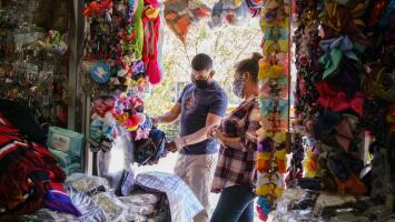 Negocios en la frontera acuden a la creatividad para sobrevivir en medio de la crisis económica que deja la pandemia