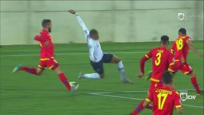 ¿Qué pasó Mbappé? El francés quiso regatear, pero terminó en el piso