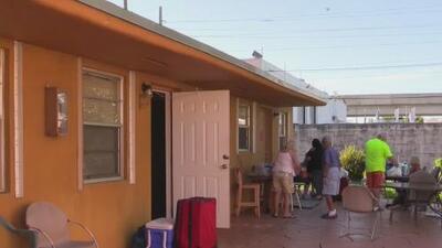 Evacuan a los habitantes de tres viviendas de un complejo de apartamentos en Hialeah donde colapsó parte del techo
