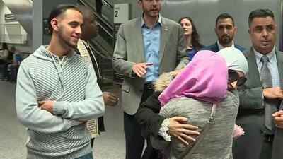 El momento en que la madre yemení del niño de 2 años que está muriendo en California llega a EEUU