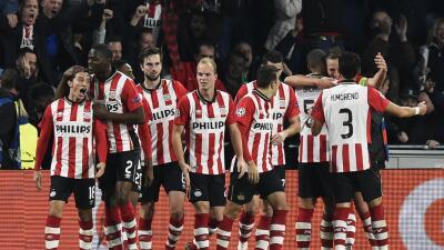 PSV Eindhoven 2-0 Wolfsburgo: De Jong mete al PSV en la lucha por el liderato