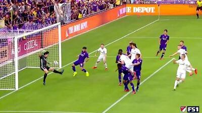 Wayne Rooney la pone en el área y Steven Birnbaum vence al guardameta con un letal testarazo
