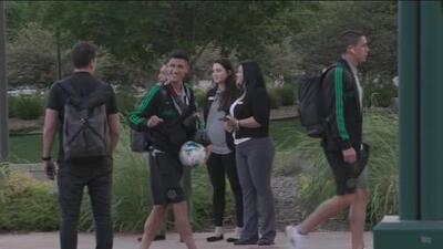 ¡Como juguete nuevo! Uriel Antuna no suelta el balón con el que marcó tripleta con el Tri