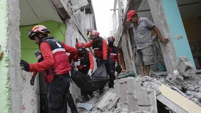 A contrarreloj, buscan sobrevivientes entre los escombros tras el terremoto en Ecuador
