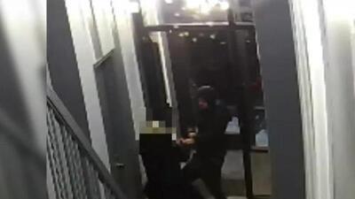 'Nueva York en un Minuto': Buscan a tres hombres que atacaron a una anciana en Upper East Side para robarla