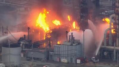 Un gran incendio se desata en una refinería en el sur de Filadelfia