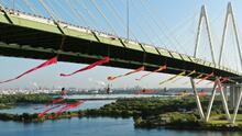 No descartan imponer cargos contra manifestantes de Greenpeace que cuelgan de un puente en Houston