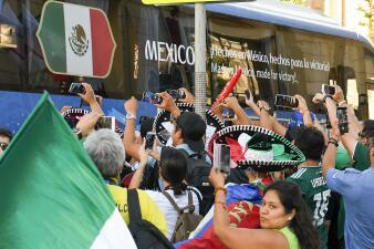 Multitudinaria recepción a México en Rostov para su segundo partido del Mundial