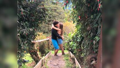 """Con esta imagen, publicada en las cuentas de Instagram de cada uno, los actores <b><a href=""""https://www.univision.com/shows/el-gordo-y-la-flaca/es-lo-mejor-que-nos-paso-danilo-carrera-se-sincera-sobre-los-rumores-de-una-relacion-con-michelle-renaud-video"""">Danilo Carrera y Michelle Renaud</a></b> hicieron público su amor, este sábado, 15 de junio de 2019, un año despu´és de que resonaran con fuerza los rumores de que ambos se querían."""