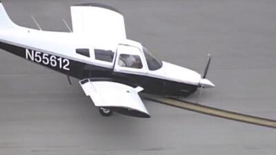 Video: Este piloto besó la pista tras un aterrizaje de emergencia