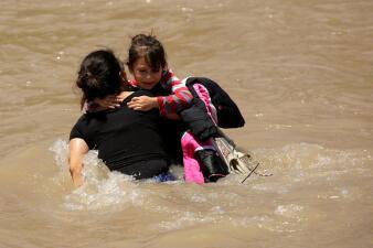 7 ahogados en una semana: así cruzan los migrantes las bravas aguas del Río Grande (fotos)