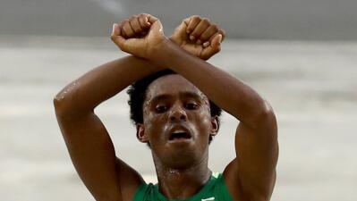 Medallista etíope teme por su vida tras señal de protesta en Río 2016