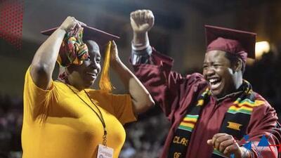 Madre e hijo lograron graduarse juntos y al mismo tiempo, aunque no fueron a la misma universidad