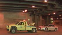 Una joven arrastra a un hombre con su auto cuando intentaba escapar de un remolque sin pagar la tarifa