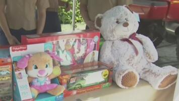 Bomberos en Hialeah invitan a la comunidad a donar juguetes para alegrar la Navidad de cientos de niños