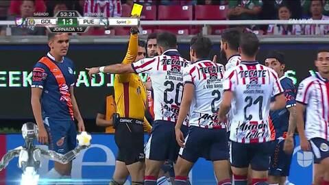 Tarjeta amarilla. El árbitro amonesta a José Van Rankin de Guadalajara