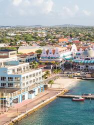 <br>Coloridos edificios en Oranjestad en la isla de Aruba
