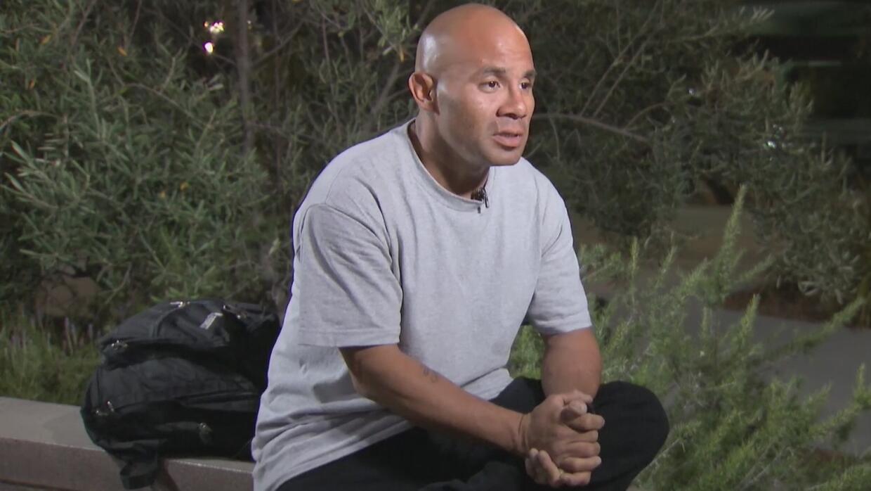 Un indigente que canta en las calles de Santa Ana para sobrevivir busca una oportunidad de empleo - Univision