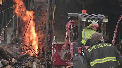 Autoridades investigan las causas de un incendio que consumió popular restaurante en Illinois