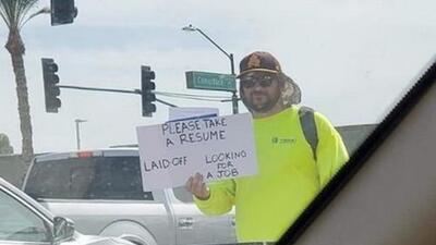 Padre de Arizona sale a la calle a buscar empleo con un letrero, su currículum se vuelve viral