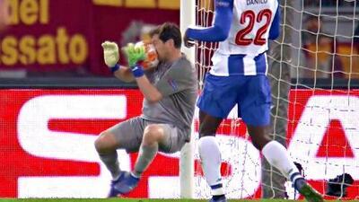 ¡Con la cara! Casillas detuvo un 'trallazo' de Dzeko con el rostro