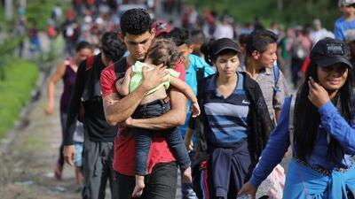 Caravana de migrantes hondureños continúa su camino hacia EEUU pese a altercados en frontera con Guatemala